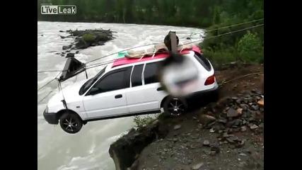Ето как се пренася кола над река