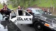 Полицаите си правят шега с човек ( Много Смях )