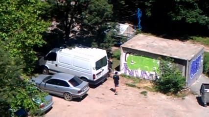 Ученици в София рисуват графити посред бял ден