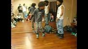 Страхотно танцово шоу от двама близнаци !