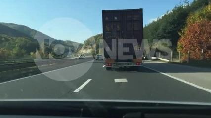 """""""Моята новина"""": Бежанец виси от камион"""