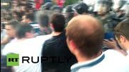 Сблъсъци между протестиращи и полиция пред македонския парламент