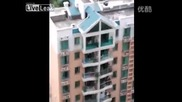 Деца се парзалят на покрива на 6 етажна сграда