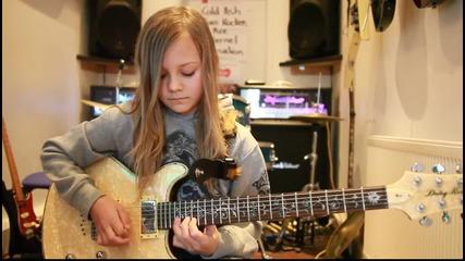 10-годишно момиче свири на електрическа китара ( Avenged Sevenfold - Hail To The King )