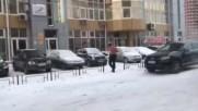 Гол мъж ходи на работа при - 28 градуса !
