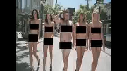 Момичета се разхождат голи + секси мажага :d