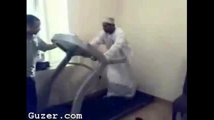 Тъп арабин се страхуват да не гo изяде патеката за бягане