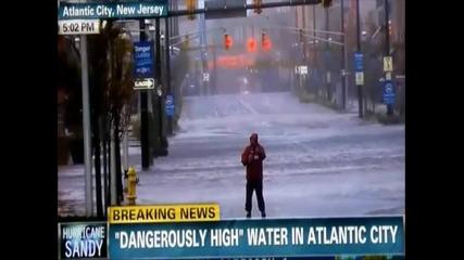 Идиотски танц в дъжда зад гърба на репортер