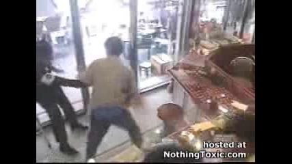 Охранител в магазин атакуван от луд с касапски нож