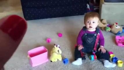 това бебе ще се пукне от смях