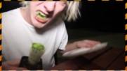 Глупак яде кактус! Смях!