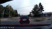 Заблеян + колоездач, който пресича неправилно пешеходна пътека