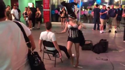 Танцьорка се напикава инцидентно върху мъж, по време на улично шоу в Лас Вегас!