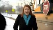 На какво ли се смее тази симпатична репортерка?