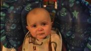 Емоциите на 10-месечно бебе, докато слуша майка си да пее