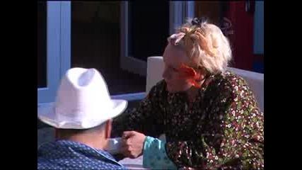 Big Brother F Пламен излиза на двора и сяда при Ели и Корнелия.