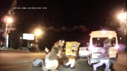 Мики Маус, Спондж Боб и компания пребиват руски шофьор насред улицата