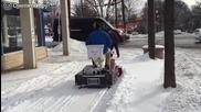 Човек седи на кенеф и чисти сняг