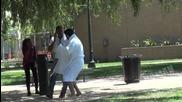 Шега - сваляне на халата пред деца докато родителите са наоколо