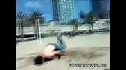 Смях!тоя се наяде с пясък