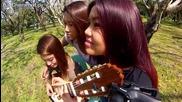 Три момичета свирят на една китара