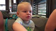 Как реагира бебок, докато си хапва боровинки