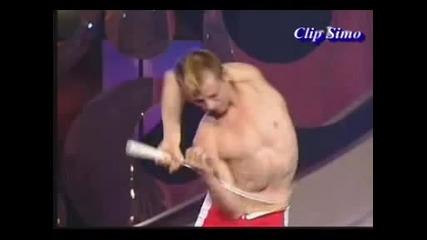 Човек се провира през ракета за тенис