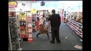 Луда прави вудо магия на охраната в магазин