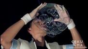 Майстор на сапунените мехури показва умения