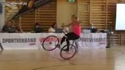 Момиче показва страхотна акробатика на колело