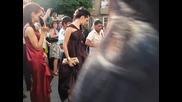 Абитуриентки танцуват на цигански тъпан в София