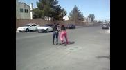 две жени се бият на улицата жестоко