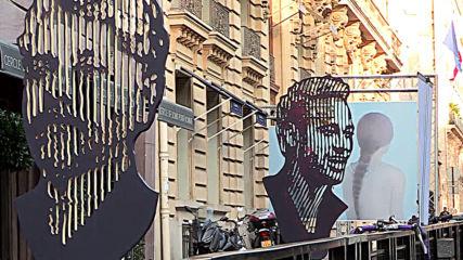 Three-metre Neymar statue installed in central Paris