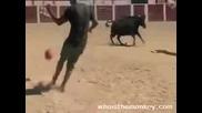 Ентусиасти Играят Футбол Срещу Бик