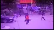 ОПАСНА ИГРА: Дете взриви бомбичка и остана невредимо