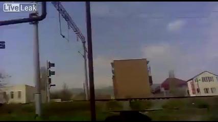 Идиот спира влак