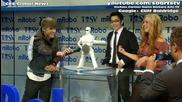 Джъстин с танцуващ робот ;дд