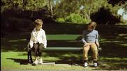 Бедно дете сяда на пейка до богато момче. Виж какво се случва