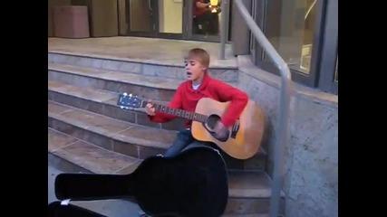 Justin Bieber пее на улицата (преди Да Стане Известен)
