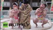Сумисти разревават бебета като част от фестивал