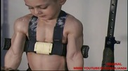 детето чудо тренира и показва мускули - Giuliano Stroe