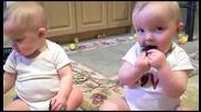 Близнаци имитират баща си ( Смях )