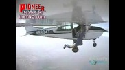 Паращутист скача и се приземява отново на самолета!
