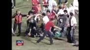 4 полицая пребиват футболен фен и целия стадион ги погва