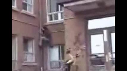 Човек Пада От Козирка На Сграда...