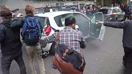 Запалиха полицейски автомобил в центъра на Париж