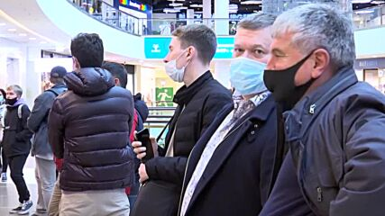 Russia: St. Petersburg residents line up for COVID vaccination