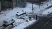 Страхотно изсипване на сняг от сграда