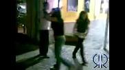 Две момичета бият момче