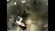 Момиченце смъква от бой мъж в асансьор(охранителна камера)